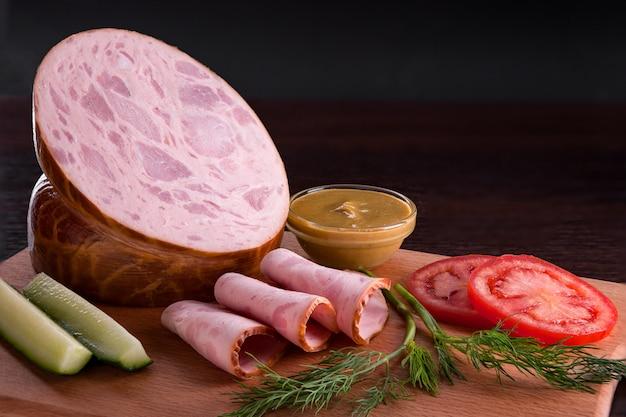 プレートとまな板の上で前菜とソーセージ。