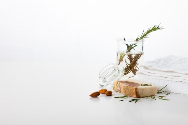 手作り石鹸。アーモンドとローズマリーの香りのスキンケア。滑らかで健康な肌のためのスパトリートメントとアロマセラピー