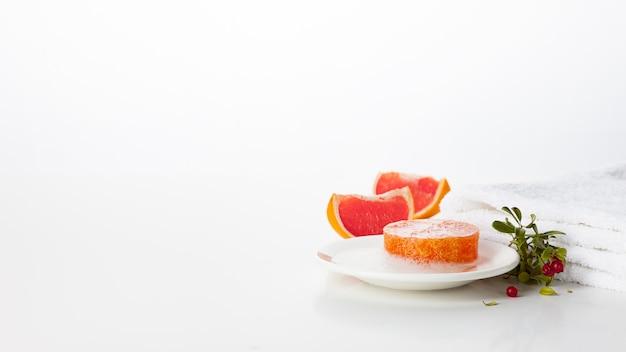 手作り石鹸。グレープフルーツとワイルドベリーの香りのあるスキンケア製品。滑らかで健康な肌のためのスパトリートメントとアロマセラピー
