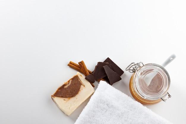 手作り石鹸。ハチミツ、チョコレート、シナモンの香りのスキンケア。滑らかで健康な肌のためのスパトリートメントとアロマセラピー