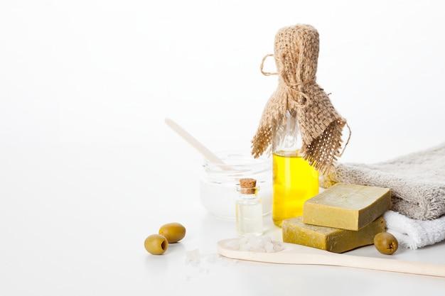手作り石鹸。オリーブオイルを使用したスキンケア。滑らかで健康な肌のためのスパトリートメントとアロマセラピー
