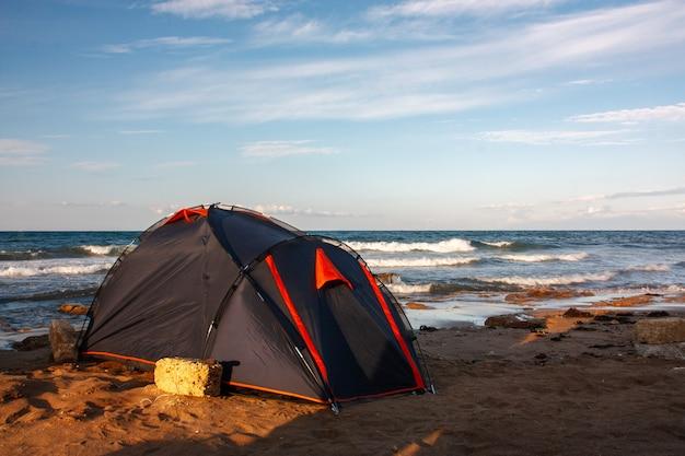 青い空を背景に海沿いのテント。