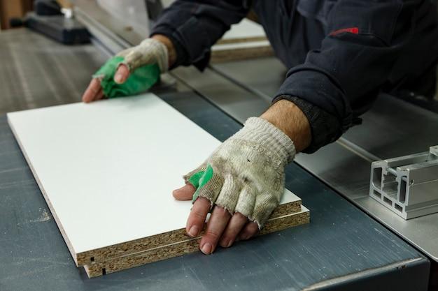 木材製品を加工するための機械、工具、装置を備えた木工ワークショップ。