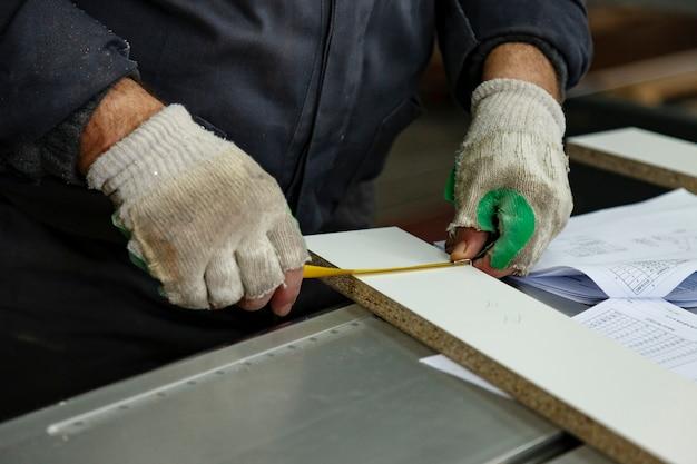 Деревообрабатывающая мастерская с станками, инструментами, приспособлениями для обработки изделий из дерева.
