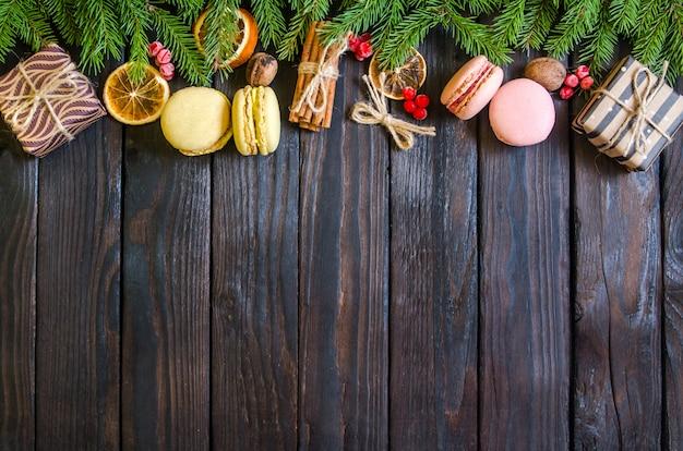 木の枝と白い木製の背景にクリスマスプレゼント。新年の贈り物
