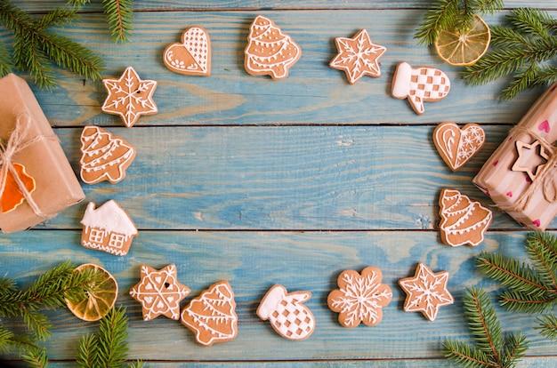 黒と白の木製の背景にさまざまな種類のクリスマスジンジャーブレッド