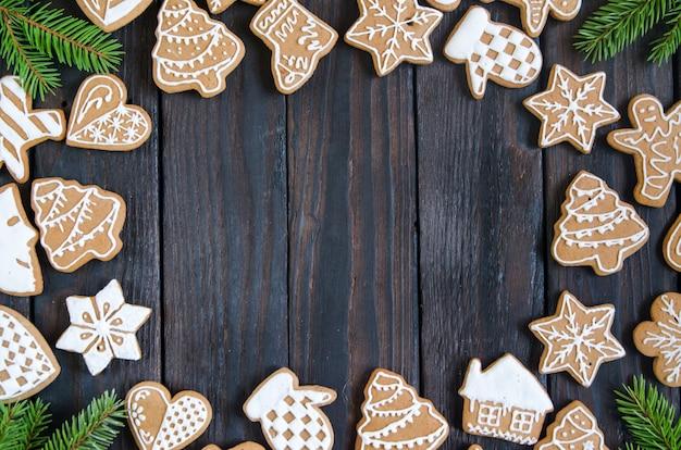 Рождественские пряники разных видов на черно-белом деревянном фоне