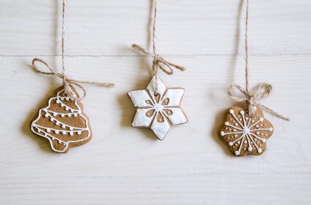 Рождественские пряники разных видов на черно-белом деревянном столе