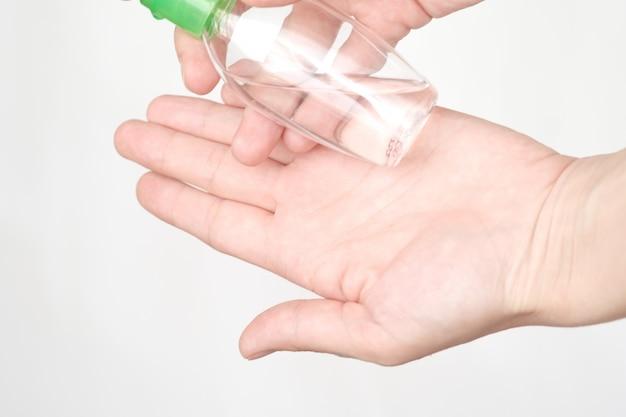 医療コンセプト。女性の手に抗菌消毒ジェル。衛生概念。細菌や細菌の蔓延を防ぎ、コロナウイルスの感染を防ぎます。手を洗う