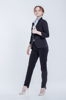 白の親指アップジェスチャーを示す古典的なエレガントなスーツの美しい女性実業家