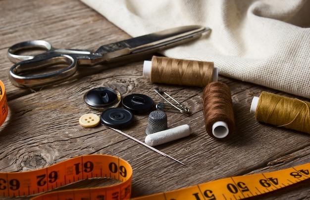 木製のテーブルの縫製アイテムのクローズアップ