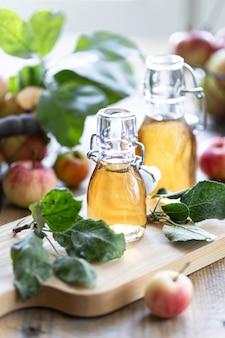 リンゴの有機酢またはサイダーのボトル