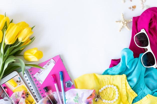 Красочные летние женщины мода плоский наряд. платье, очки, косметика, парфюмерия, цветы на белом фоне, вид сверху, широкая композиция. летняя мода, концепция отдыха