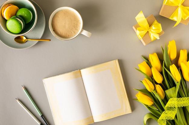 美しいフラワーアレンジメント。黄色の花チューリップ、白い背景上のテキストの空のフレーム。結婚式。誕生日バレンタインデー。母の日。フラット横たわっていた、トップビュー、コピースペース