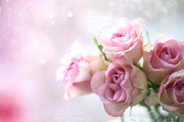 Букет из розовых роз с открытым пространством для текста. копировать пространство