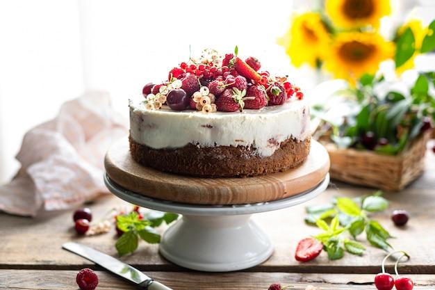 Домодельный чизкейк сделанный от смешанных свежих ягод, селективный фокус. горизонтальный. копировать пространство
