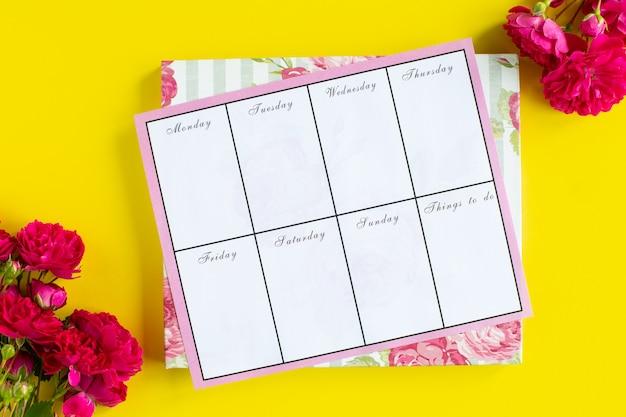 重要なものの計画、色付きの背景にピンクの筆記具。やる事。上面図。コピースペース。