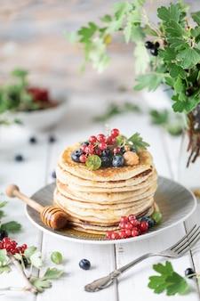 Блины со свежими ягодами малины, смородины, черники, с медом и чаем