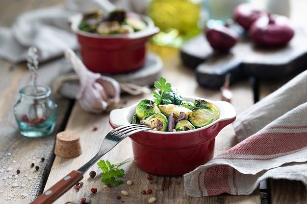 木製のテーブルの赤い部分パンで若い生芽キャベツ
