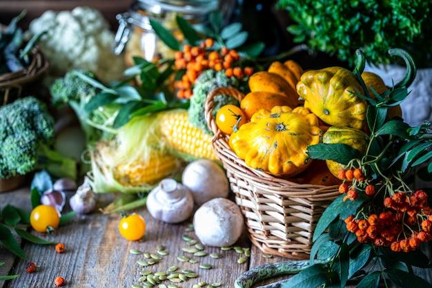 Овощи свежий био овощ в корзине.