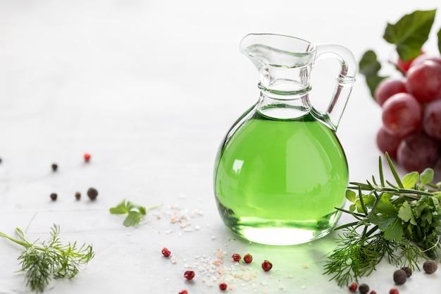 ブドウの房が付いたガラス瓶にブドウ種子油。