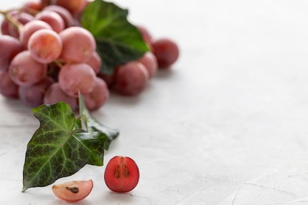 Гроздь красного винограда. копировать пространство