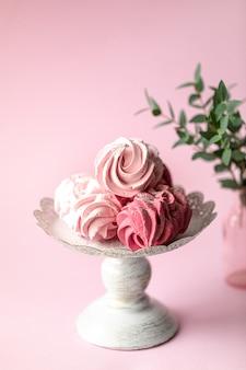 Домашний зефир из ягод на подставке и букет цветов