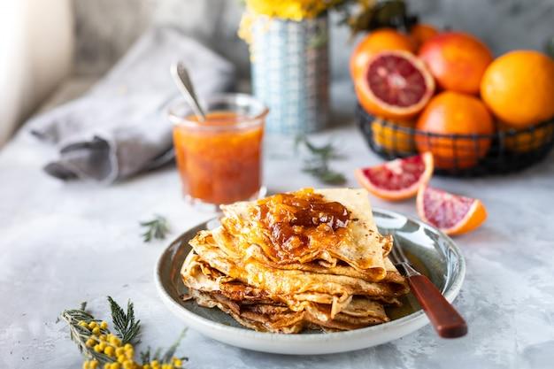 赤オレンジから作られたジャムとパンケーキ