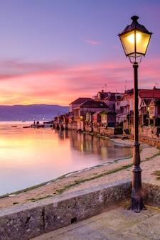 日の出、ポンテベドラ、ガリシア、スペインのコンバロの町。