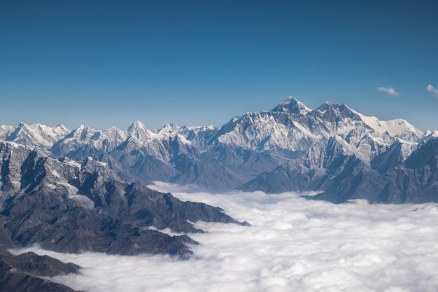 ヒマラヤ山脈の尾根。ネパールのカントリーサイドからのエベレスト空撮