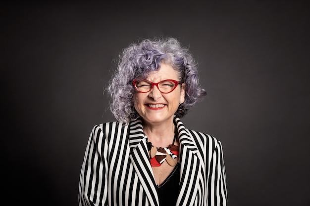 笑顔の美しい年上の女性の肖像画