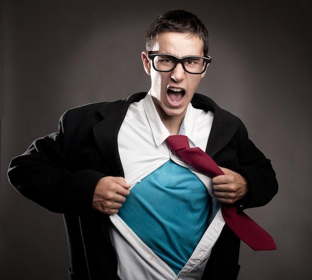 Мужчина расстегнул рубашку как супергерой