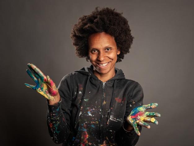 Счастливый негритянка с ее руками окрашены