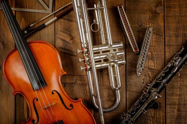 木材の背景の楽器