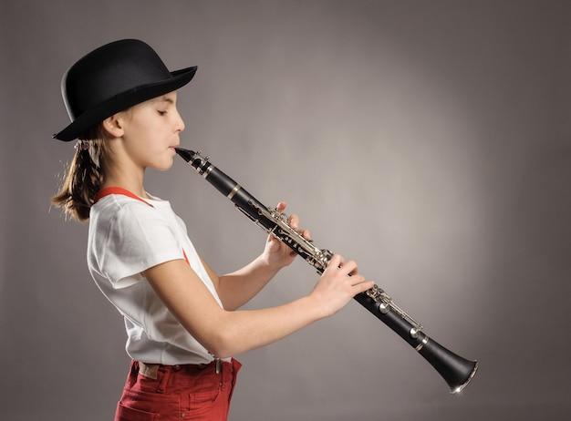 灰色のクラリネットを演奏する少女