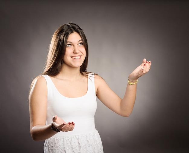 Молодая девушка жонглирует с копией пространства