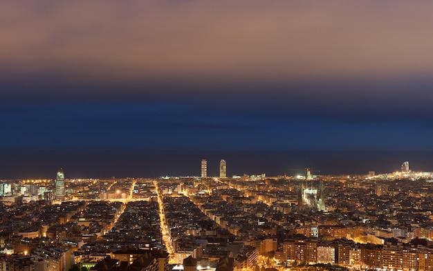夜、カタルーニャ、スペインのバルセロナのスカイライン