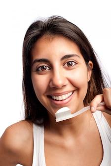 若い女性が彼女の歯を磨く