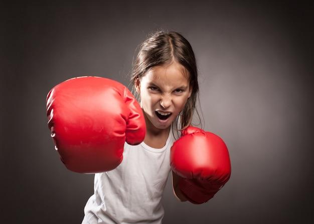 赤いボクシンググローブを着ている少女