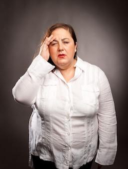 頭痛を抱えている女性