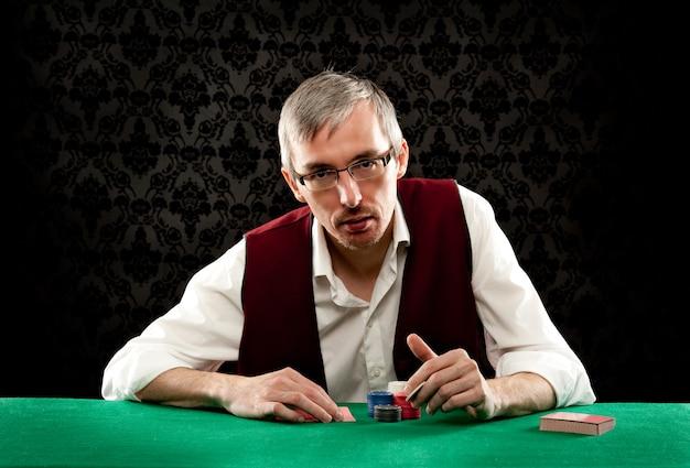 ポーカーをプレイする男
