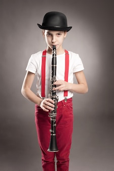 小さな女の子がクラリネットを演奏