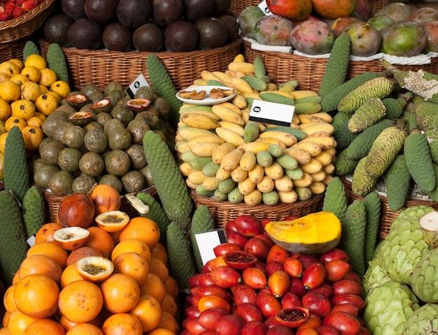 市場のトロピカルフルーツ