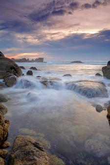 Скалистый пляж на закате