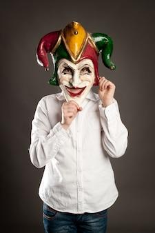カーニバルマスクを保持している若い女の子