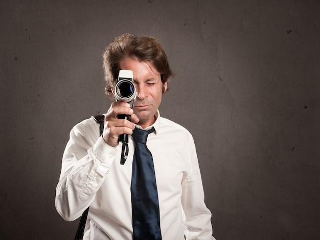 レトロなフィルムカメラを持ったビジネスマン