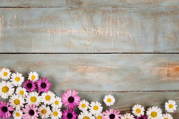 青い木製の背景の花