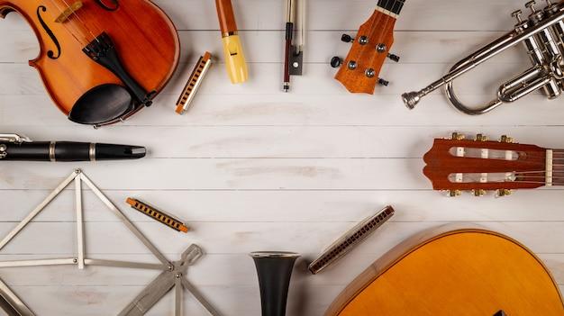 白い木製の背景の楽器