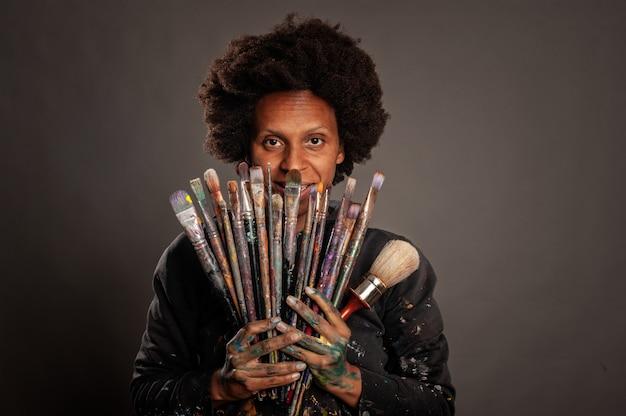 絵筆を持って幸せな黒人女性