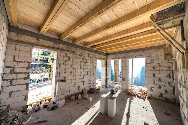 建設と改修中の家の部屋のインテリア。
